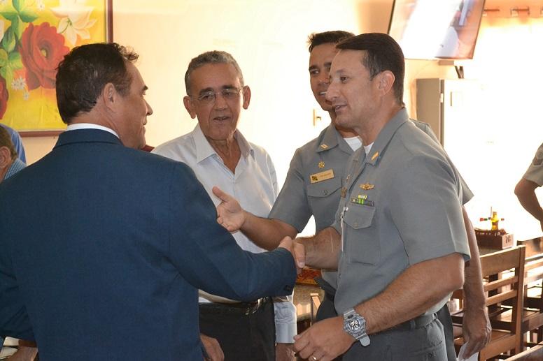 Capitão de Fragata Mário Teixeira cumprimenta o Juiz da Comarca de Penedo (AL)