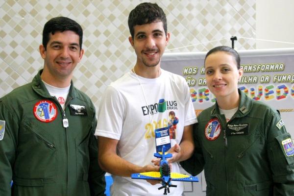 Visitantes de exposição conhecem aeronave da Esquadrilha da Fumaça em formato de brinquedo