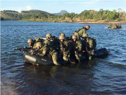 Patrulha em embarcações pneumáticas na Lagoa Sete Pontas, em Itaóca (ES)