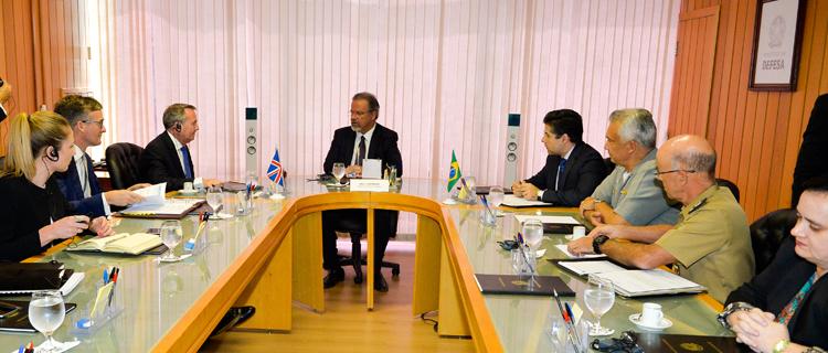 Brasil e Reino Unido vão intensificar parceria no setor de defesa