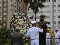 Aposição floral ao busto do patrono da Marinha, em Santos (SP)