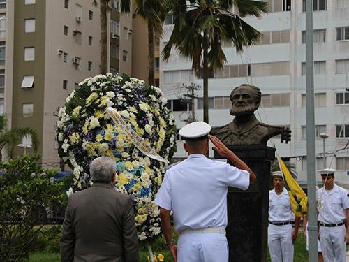 CPSP o realiza aposição floral ao busto do Almirante Tamandaré