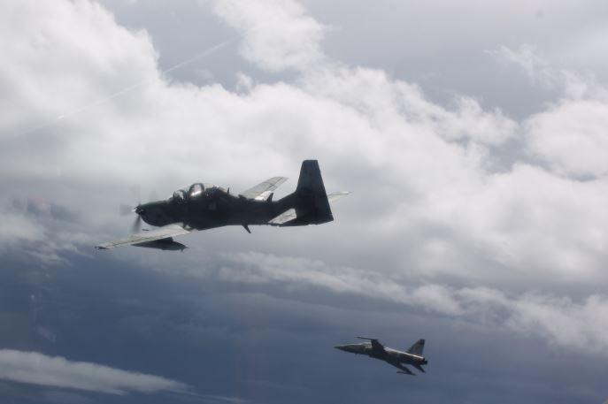 Esquadrões de F-5 e A-29 realizam treinamento de combate dissimilar