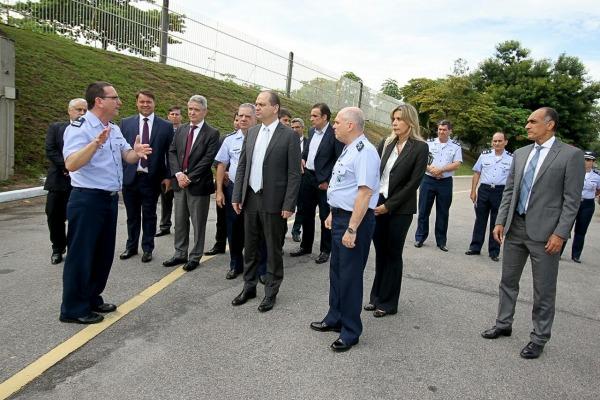 Ministro da Saúde conhece instalações do Laboratório Farmacêutico da Aeronáutica
