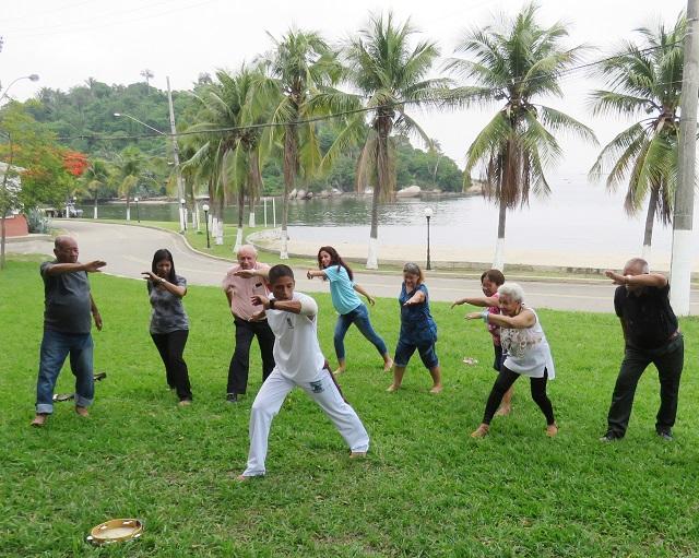 Os idosos se exercitaram em uma atividade de capoeira
