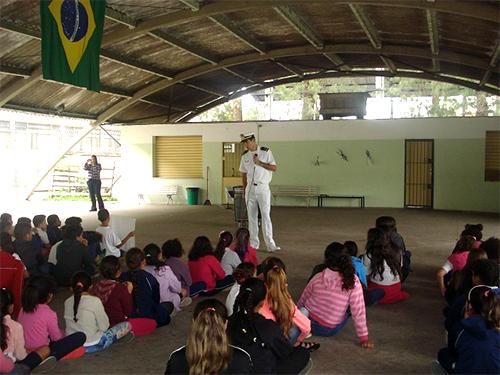 Segundo-Tenente (RM2-Md) Pedro Henrique Della lidera palestra na Escola Estadual Almirante Barroso