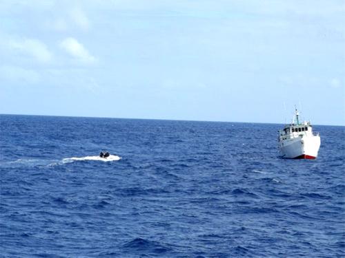 Navio da Marinha realiza patrulha naval em parceria com aeronave da FAB