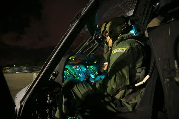 FAB usa óculos de visão noturna para resgatar tripulante de navio em alto mar