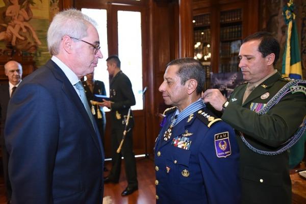 Comandante da Força Aérea Mexicana é condecorado com a Ordem do Mérito Aeronáutico (OMA)