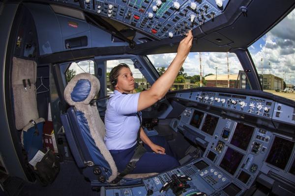 Primeira piloto da FAB a fazer voo solo em caça passa a conduzir avião presidencial