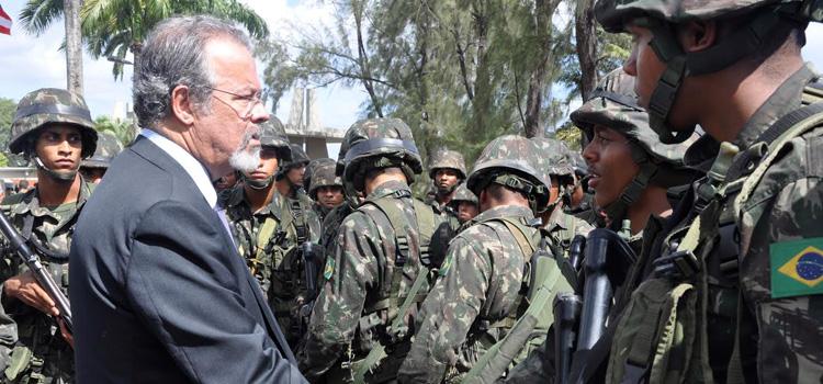 Ministro Jungmann participa de formatura de tropa das Forças Armadas que atuam na Grande Recife