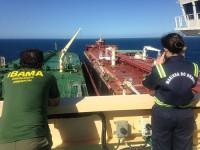 1ºTen (T) Vanessa Luna, especialista em Segurança do Tráfego Aquaviário, acompanha a operação