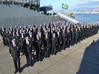 Comandante e tripulação condecorados