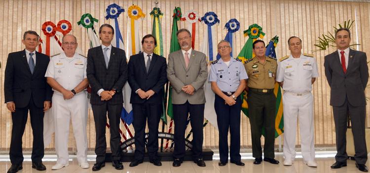 Jungmann e comandantes das Forças Armadas recebem presidente da Câmara no MD