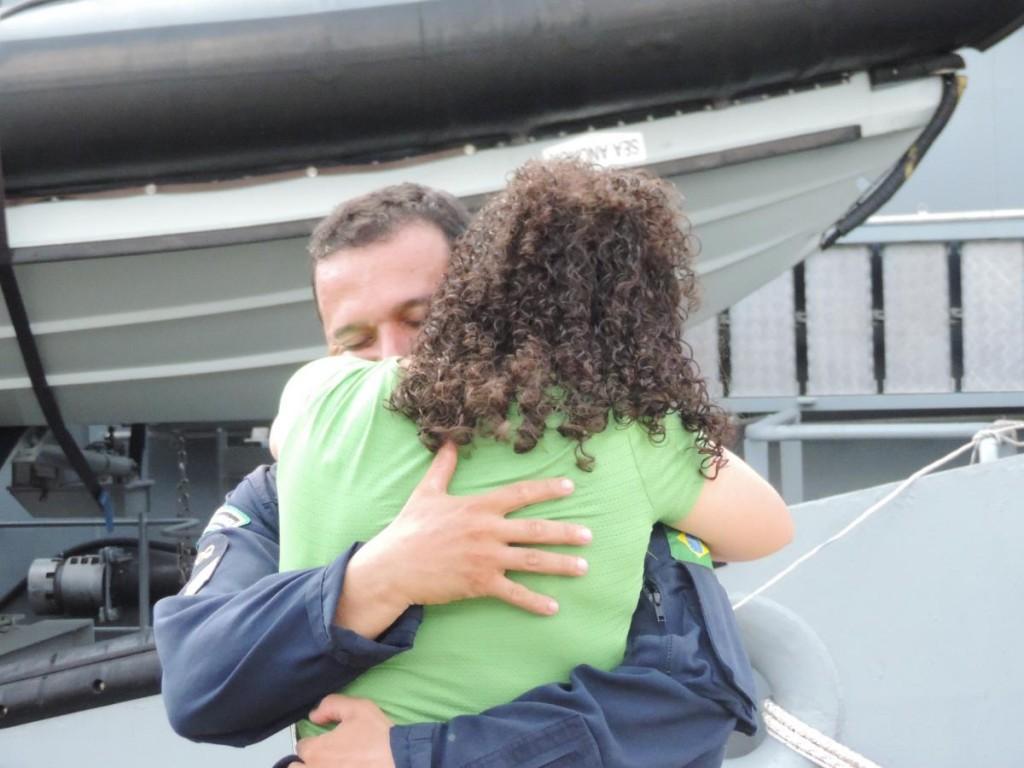Demonstração de afeto entre militares e familiares