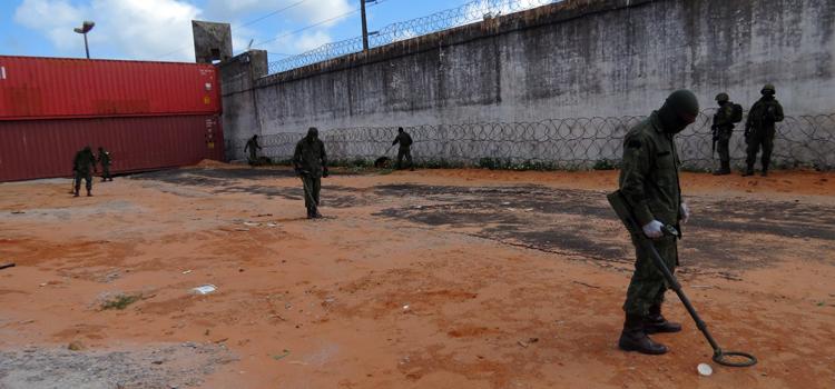 Fuzileiros Navais estão nesta terça-feira (21) em busca de drogas, armas e aparelhos celulares