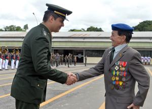 A medalha homenageia pessoas que tenham prestado relevantes serviços à FEB