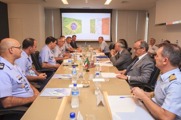 Brasil e Itália debatem possíveis parcerias nos setores aeronáutico e aeroespacial