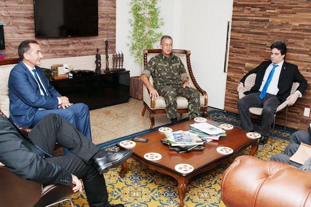 Governador de  Amapá e DNIT pedem apoio do Exército para obras na BR 156