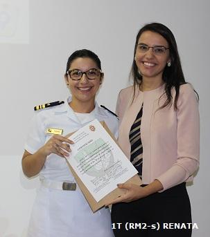 Capitão de Corveta Vanessa entrega  à palestrante Luciana Nunes o certificado de agradecimento