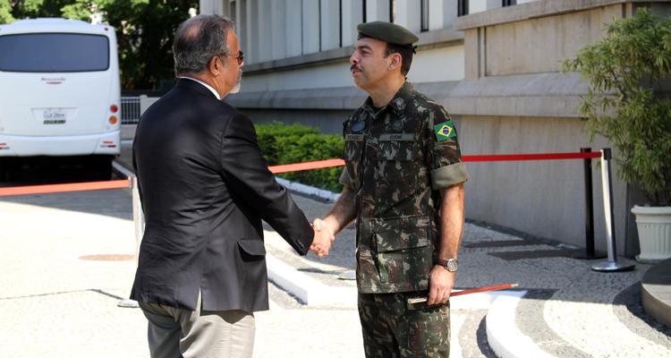 Na chegada à ECEME, o ministro da Defesa foi recebido pelo comandante da Escola, general Richard Fernandez Nunes