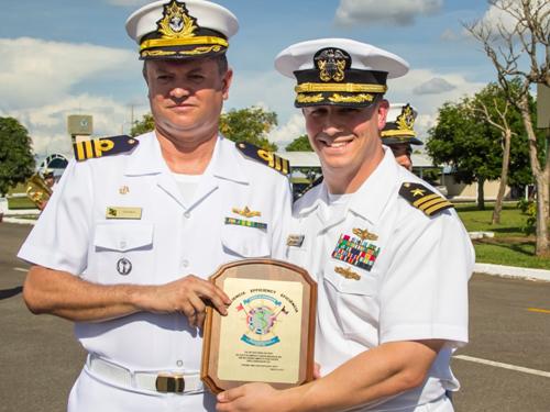 Secretário da RNIT (à direita) entrega o prêmio ao Comandante da ERMB