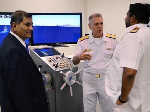 Comandante do CIAW (ao centro) apresenta o simulador de manobras à comitiva srilanquesa