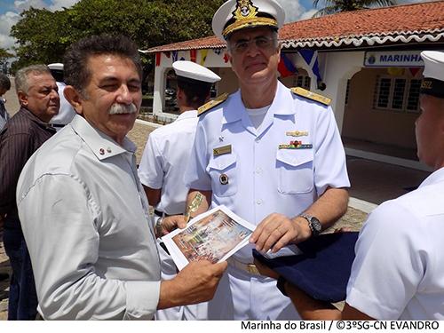 Vice-Almirante Aguiar Freire realiza entrega de premiação