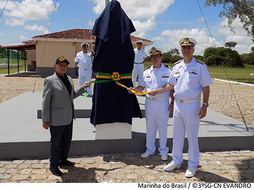 Momento da inauguração do busto do patrono das Comunicações Navais