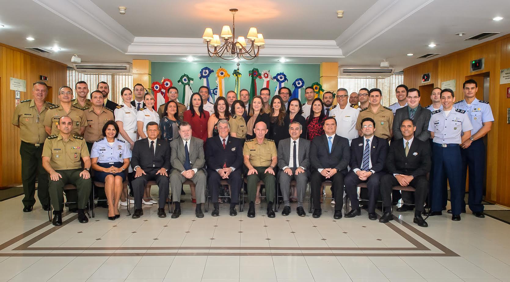 ESG Brasília diploma servidores em curso sobre Conflitos Armados