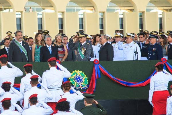 Dia do Exército é comemorado com imposição de medalhas em Brasília