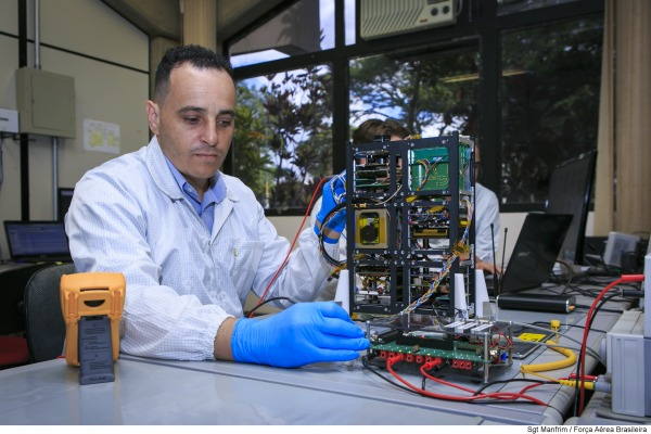 Com foco no espaço, FAB destaca nanossatélite do ITA durante LAAD 2017