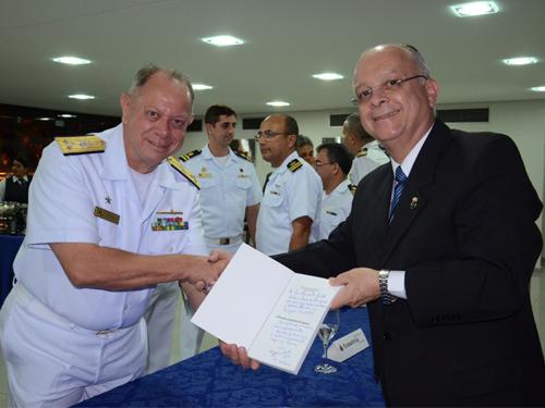 Vice-Almirante Savio e Vice-Almirante Hecht durante lançamento do livro