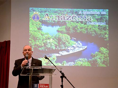 Vice-Almirante Savio durante o lançamento do livro em Manaus