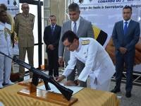 Comandante do 2º Distrito Naval e Secretário de Segurança da Bahia assinam o termo de transferência
