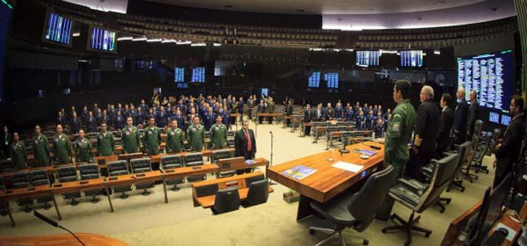 Cerca de 120 pessoas, entre parlamentares e militares, acompanharam a cerimônia