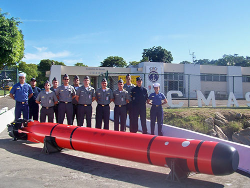 Foto do mock-up dos torpedos F-21 e membros da tripulação do CMASM