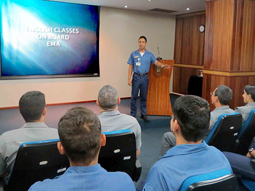 Aula de inglês ministradas aos militares e servidores civis do EMA