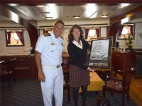 """Comandante do Navio Veleiro """"Cisne Branco"""" entrega lembrança à Cônsul Honorária do Brasil em Portugal"""