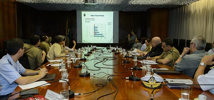 Integrantes da Comissão e representantes das Forças estiveram na reunião para debater o ingresso das mulheres