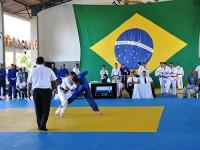Atletas lutam em torneio