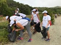 Voluntárias recolhem lixo no parque