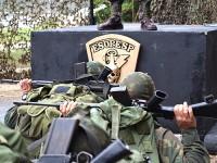 """Militares durante a cerimônia da """"marcação do gorro"""""""