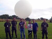 Alunos e Militares com o balão meteorológico
