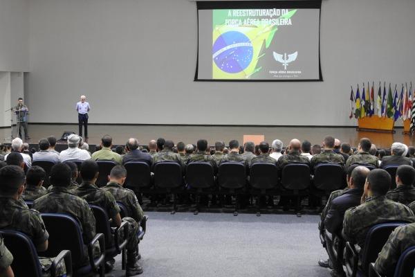 Chefe do CECOMSAER realiza palestras na Escola de Especialistas de Aeronáutica