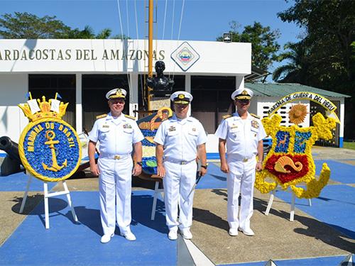 Aposição Floral no busto do Almirante Padilla em Letícia