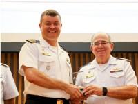 Comandante da Marinha entrega o prêmio ao Comandante da ERMB