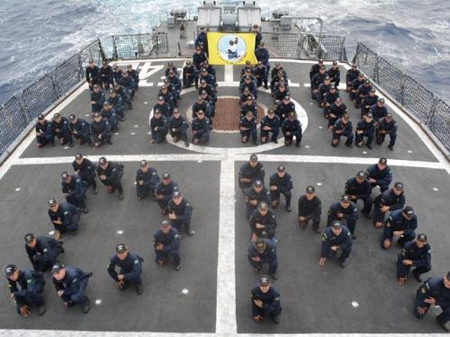 """Tripulação representa no hangar os 3.000 dias de mar da """"Constituição"""""""