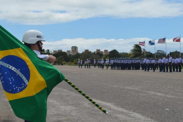 Aspirante conduz Bandeira do Brasil no aniversário da ALA 10