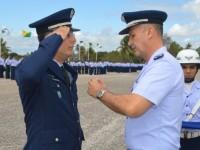 Brigadeiro Farcic entregando medalha por tempo de serviço